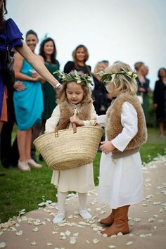Deze meisjes strooien bloemblaadjes tijdens de ceremonie, schattig!