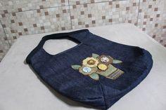 bolsa jeans de patchwork, com jarro de flores bordado.