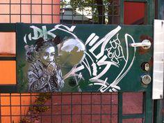 Den franske kunsteren #c215 har virkelig fått eksponert seg i Oslo. Ingen tvil om det. Selv om stilen er ganske ren, er ikke enkeltpiecene bedre enn midt på tre. Den vi ser på bildet er definitivt en av de bedre. Sjekk ut refleksjonen i ballongen. Oslo, Graffiti, Street Art, Neon Signs, Explore, Nature, Photo Illustration, Exploring