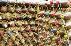 Plastic bottles used for construction, earthship building method. Plastic Bottle House, Plastic Bottles, Bottle Wall, Pet Bottle, Natural Building, Green Building, Earthship Home, Recycled House, Tadelakt