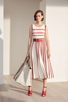 Loro Piana RTW Spring 2019 Loro Piana RTW Spring 2019 - WWD Record of Knitting String rotating, weaving and sewing careers such as BC. Look Fashion, Runway Fashion, Fashion News, High Fashion, Fashion Show, Womens Fashion, Fashion Trends, Marine Look, Dresses For Work