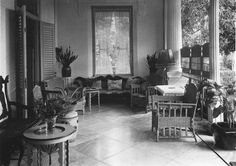 De voorgalerij van het huis van de familie M.C. Westerman op Kebon Sirih 20 in Weltevreden Batavia TMnr 60026665.jpg COLLECTIE TROPENMUSEUM
