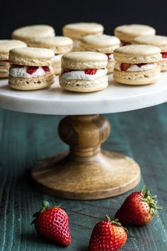 Strawberry Shortcake Macarons: Make your summer a little fancier with these easy strawberry shortcake macarons. Click through to find more quick and easy recipes for fresh summer desserts. Desserts Français, Strawberry Desserts, Dessert Recipes, Strawberry Macaron, Plated Desserts, Strawberry Shortcake Cookies, Chocolate Strawberries, Covered Strawberries, Summer Desserts