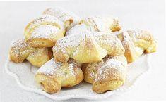 Najlepszy przepis na rogaliki serowe 3 składnikowe. Rogaliki z twarogu robi się błyskawicznie i z przyjemnością. Rogaliki maślane kruche zawsze się udają. Do zrobienia z dżemem lub powidłami. Snack Recipes, Snacks, Pretzel Bites, Biscuits, French Toast, Chips, Bread, Cookies, Baking