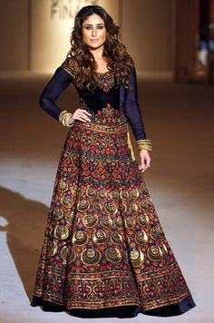 Kareena Kapoor Khan walks the ramp for designer Rohit Bal on Grand finale of the Lakme Fashion Week 2016 held at St Xavier's College in Mumbai. LFW Grand Finale: Rohit Bal Photogallery at Times of India Rohit Bal, Fashion Week 2016, Lakme Fashion Week, Fashion Weeks, London Fashion, Runway Fashion, Indian Gowns, Indian Outfits, Lehenga Choli