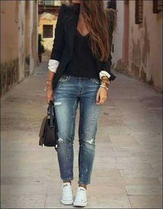 Black blazer over a black blouse with distressed boyfriend jeans and white converse sneakers Street Style. Really like the casual look mixed with the work look. Perfect for my job! Mode Outfits, Fall Outfits, Casual Outfits, Fashion Outfits, Womens Fashion, Black Blazer Outfit Casual, Semi Casual Outfit Women, Blazer Outfits For Women, Women Blazer