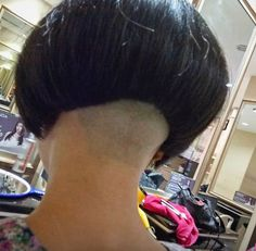 Difficult is to let my hair growing longer, because shorter is so easy to maintain it. And i know, i keep my beauty althought in short hair. Undercut Women, Undercut Hairstyles, Short Hairstyles For Women, Cool Hairstyles, Undercut Bob, Shaved Bob, Shaved Nape, Very Short Hair, Short Hair Cuts