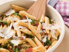 Rezept: Pasta mit getrockneten Tomaten und Pinienkernen http://eatsmarter.de/rezepte/pasta-mit-getrockneten-tomaten-und-pinienkernen