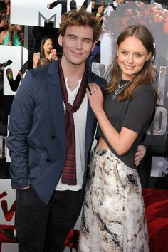The Hunger Games: Catching Fire's Sam Claflin poses with wife Laura Haddock on the red carpet of the MTV Movie Awards.