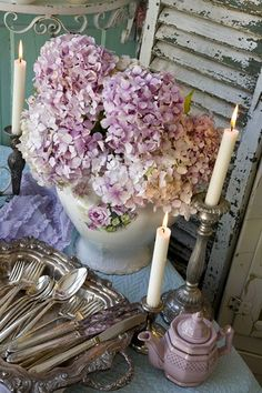 Just love this shabby chic/vintage combo of faded mauve hydrangeas, sanded timber and silverware. Shabby Chic Mode, Style Shabby Chic, Shabby Chic Stil, Shabby Chic Decor, Shabby Vintage, Vintage Silver, Vintage Decor, Furniture Vintage, Antique Silver