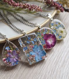 Pendants with hydrangea, forget-me-nots and rice flower in resin. Diy Resin Art, Epoxy Resin Art, Diy Resin Crafts, Jewelry Crafts, Jewelry Ideas, Resin Jewelry Making, Homemade Jewelry, Resin Pendant, Jewelery
