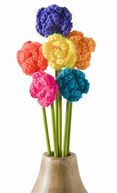 There are so many ways to crochet flowers, but how do you display them after you make them? I love this cute crochet flower bouquet idea! crochet flowers, pattern, flower bouquets, yarn, flower crochet