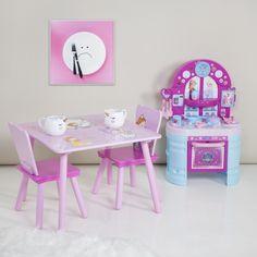 Hercegnős mintájú gyerekasztal, két székkel, és mini gyerekkonyhával, unikornisos bögrékkel. #hercegnősgyerekszoba #rózsaszíngyerekszoba #rózsaszín #rózsaszínszoba #hercegnőskisasztalgyerekeknek #unikornisosbögre #unicornmug #girlsroom #kisdroom #pinkroom New Homes, Inspiration, Furniture, Home Decor, Princess, Kitchens, Biblical Inspiration, Decoration Home, Room Decor