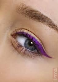 Purple eyeliner Lila Eyeliner, Purple Eyeliner, How To Apply Eyeliner, No Eyeliner Makeup, Winged Eyeliner, Color Eyeliner, Eyeshadow, Purple Makeup, Purple Cat