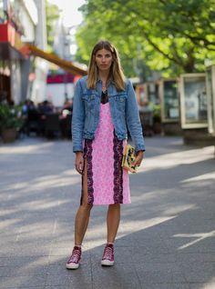Pin for Later: Lasst euch inspirieren vom Stil der Hauptstadt mit den besten Street Style Bildern der Berlin Fashion Week  Veronika Heilbrunner in einem Kleid von Lala Berlin, Jeansjacke von Levis und Converse Chucks Schuhe.