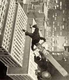 In this unbelievable photograph, 1930s silent film comedian Harold Lloyd demonstrated his courage by doing a headstand on the edge of a skyscraper.