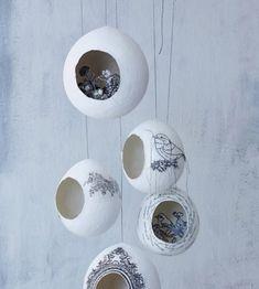 Оригинальные предметы декора в виде гнезд. Кажется, я знаю, как их делали: воздушные шарики, с наклеенными кусочками бумаги поверх, по типу папье-маше. В конце покрыли белой грунтовкой и декорировали декупажными картами.