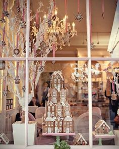 Herlig  Love it! _____________________❤️____________________  #juleglede #christmasspirit #julevindu #pepperkakehus #christmasinspiration #christmas #jul #julen #juleinspirasjon #godjul #happyholidays #instachristmas #instajul #julestemning #lovechristmas #window #merrychristmas #julepynt #xmas #juleinspo #christmaswindow #gingerbreadhouse #weinachten #noel #navidad #interiør #interior #joulua Photo: Pinterest
