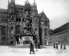 Szentháromság tér, Szentháromság-szobor, mögötte a Pénzügyminisztérium.