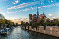 Nhà thờ Đức Bà Paris chắc chắn là điểm đến đáng giá trong chuyến dạo quanh kinh đô ánh sáng.
