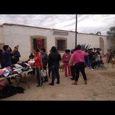 #leoclub Gómez Palacio Actúa giving clothes to poor people