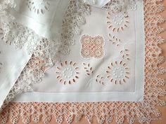 LINGE ANCIEN /Merveilleux napperon avec broderie blanche Anglaise et insertions dentelle sur toile de fil de lin