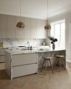 Warm Grey Kitchen, Nordic Kitchen, Modern Grey Kitchen, Küchen Design, House Design, Building A Kitchen, Studio Kitchen, Grey Kitchens, Minimalist Kitchen