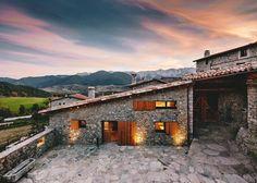 Direction le petit village espagnol de La Cerdanya, région agricole dans les Pyrénées orientales, où les architectes de Dom Arquitectura ont réalisé la réhabilitation d'une vieille ferme, couplant murs en pierre et mobilier moderne.
