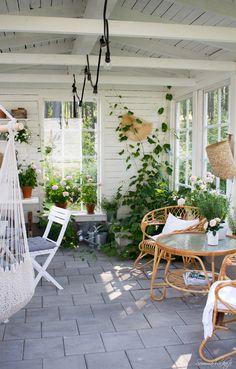 A white wood geranium room Balcony Garden, Indoor Garden, Home And Garden, Outdoor Rooms, Outdoor Living, Outdoor Decor, Casa Patio, Porch Decorating, Garden Inspiration