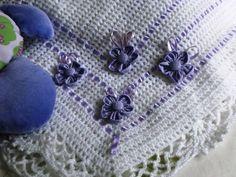 Manta em croche confeccionado em lã própria para bebê antialérgica. Com flor de fuxico  em tecido cores dependendo da disponibilidade. Tamanho 70x80 cm Cores : branco, rosa, azul, amarelo e verde