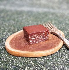 Лесна рецепта за шоколадово брауни - сурово, веган и без глутен Vegan Desserts, Food, Meal, Essen, Hoods, Meals, Eten
