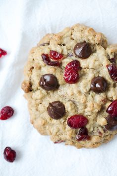 Soft & Chewy Cranberry Chocolate Chip Oatmeal Cookies -- made 2016 -- tasty and chewy. Cookie Desserts, Cookie Recipes, Dessert Recipes, Drink Recipes, Vegan Recipes, Delicious Desserts, Yummy Food, Healthy Desserts, Biscuits