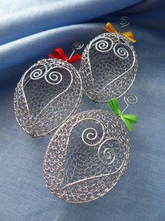 Drôtené veľkonočné vajíčka od Marushka - Veľkonočné dekorácie | Artmama.sk Copper Wire Art, Wire Ornaments, Wire Baskets, Wire Work, Easter Crafts, Wire Jewelry, Wire Wrapping, Easter Eggs, Weaving