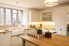 Descubre las ventajas y los inconvenientes de instalar encimeras de madera en la cocina, un material muy bello y natural que necesita ciertos cuidados.