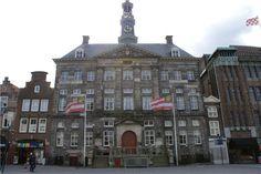 Ga voor het stadhuis linksaf langs de huizenrij tot het begin van de ...