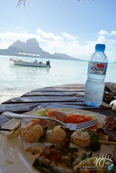 "Repas en bord de lagon lors du ""Bora Bora Romantic Tour""  www.etahititravel.pf © Merlen Photography"
