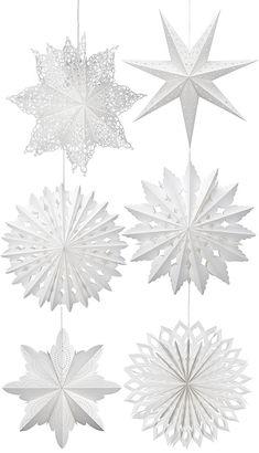 En vit pappersstjärna passar oavsett stil och färg i övrigt på hemmet. Just nu finns det massor att välja mellan, i olika storlekar och med olika avancerade perforeringar. Här är några av mina favoriter. Namn och pris på stjärnorna i kollaget anges med start uppifrån/vänster: Hall 349 kr (bredd 66 cm), Nanna 269 kr (75 cm) Boda, 269 kr (50 cm) Bosjön 269 kr (53 cm), Alsjö 269 kr (63 cm) och Moon (60 cm)