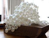 Geometrische PVC-Papier und h? lzerne Skulptur