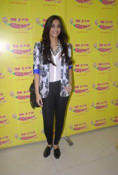 Sonam Kapoor on the sets of Radio Mirchi 2011 Dec Baggy Tops, Pretty Girl Swag, Sonam Kapoor, Indian Models, Indian Celebrities, Print Jacket, Slim Jeans, Indian Wear