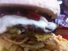 Santander Rock Burguer @Hamburguesas El Garaje - Deliciosa hamburguesa de 150 gr de carne, cabano, queso, arepa santandereana, queso crema y aros de cebolla. Aprox $8.75 USD