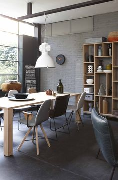 Kast Lofty, tafel No-Line, stoelen van Spoinq, hanglamp Industry en fauteauil Blizzard Loft Interior, Interior Design, Cupboard, Cabinet, Design Blog, Decoration Design, House Tours, Sweet Home, Dining Room