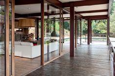 Ao projetar a casa onde vive com a família, num condomínio nos arredores de São Paulo, a jovem arquiteta Juliana Bertolucci deu prioridade aos materiais e às soluções sustentáveis. Racional, como desejavam os moradores, a construção se vale de estruturas metálicas e grandes painéis de vidro