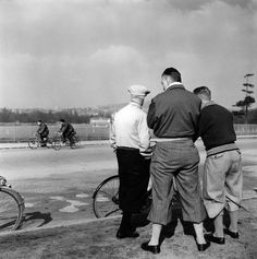 Robert Doisneau. Cyclistes du dimanche matin 1953