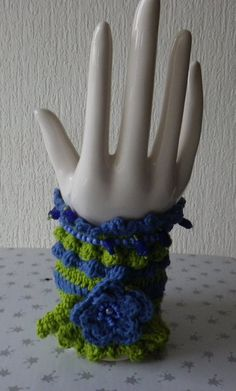 Stoffarmbänder - Gehäkeltes  Blütenarmband  Margit - ein Designerstück von ADEOLA bei DaWanda
