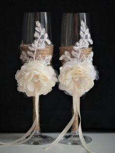 Rustic Wedding Glasses, Wedding Champagne Flutes, Wedding Cake Rustic, Champagne Glasses, Lace Wedding, Wedding Sets, Trendy Wedding, Diy Wine Glasses, Decorated Wine Glasses