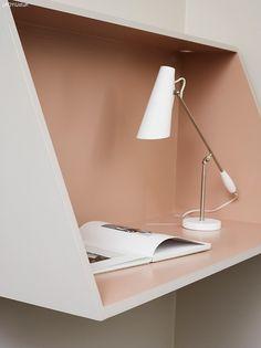 Plassbesparende og vakkert skrivebord. Her får du oppskriften på hvordan du selv kan lage skrivebordet og forslag til fine fargekombinasjoner.
