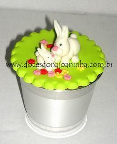 Cupcake decorado para a Páscoa, dentro de vaso de metal em diversas cores