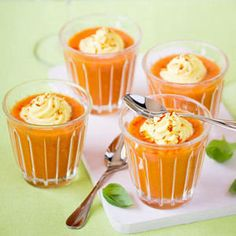 gaspacho de tomates grappes, concombre et poivrons coriandre fraîche et