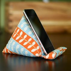 Stand for iPhone/iPod---larger version for ipad? Fabric Crafts, Sewing Crafts, Iphone Holder, Iphone Stand, Tablet Holder, Cell Phone Holder, Craft Projects, Sewing Projects, Pillow Tutorial