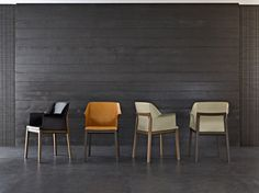 Tivan, by Arik Levy of Israel is a project targeted at those who seek one important leather seat for the dining area. With sinuous and refined lines, merges all the distinguishing features of Molteni products, namely traditional craftsmanship that makes use of precious woods such as oak or American walnut, hide processing that moulds the raw material into a comfortable and cosy seat, and technology based on the use of avant-garde plastics for the body.